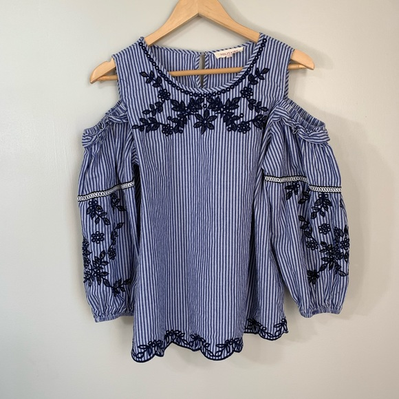 Solitaire Tops - Solitaire blue and white floral Cold Shoulder med